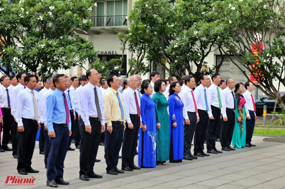Đoàn lãnh đạo TPHCM chào cờ trước tượng đài Bác Hồ