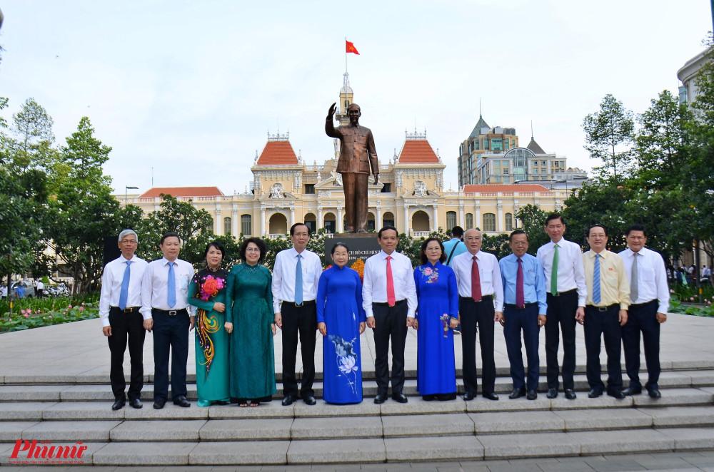 Các đại biểu chụp hình lưu niệm trước tượng đài Bác Hồ