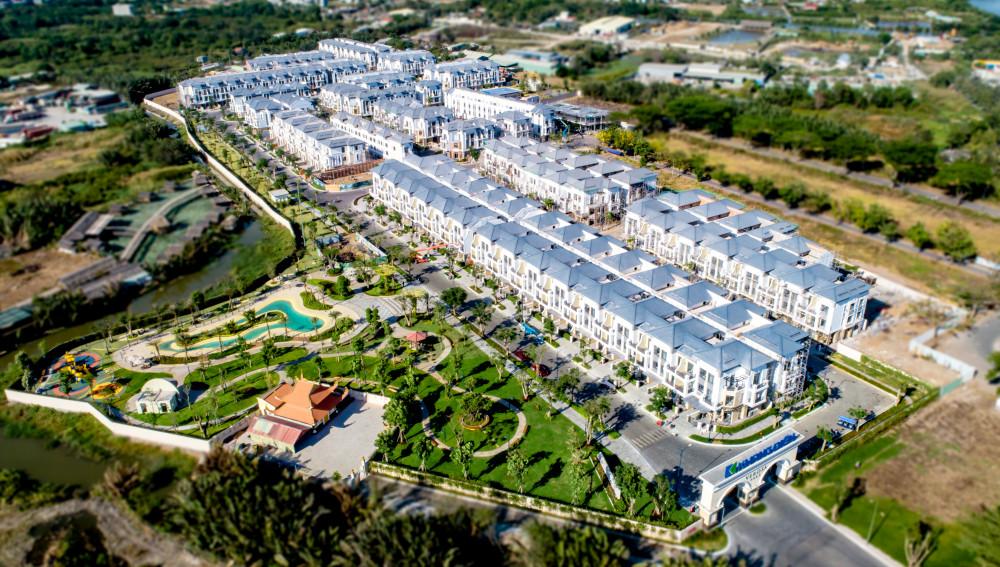 Quần thể Verosa Park gồm 296 căn nhà liên kế và biệt thự sang trọng đã hiện hữu và đang bàn giao đợt 1 cho cư dân