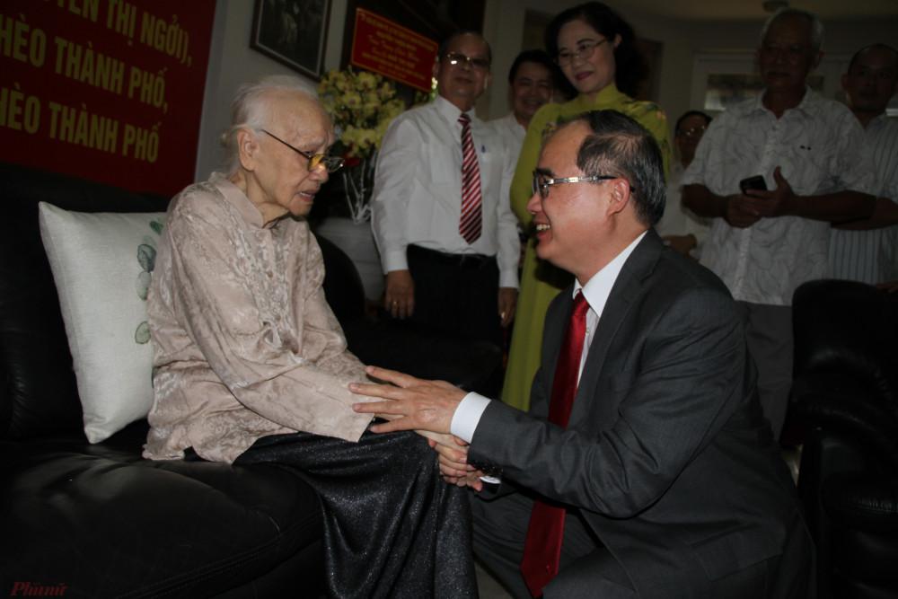 Ủy viên Bộ chính Trị, Bí Thư Thành ủy TP.HCM Nguyễn Thiện Nhân, thăm hỏi sức khỏe bà Bảy Huệ.