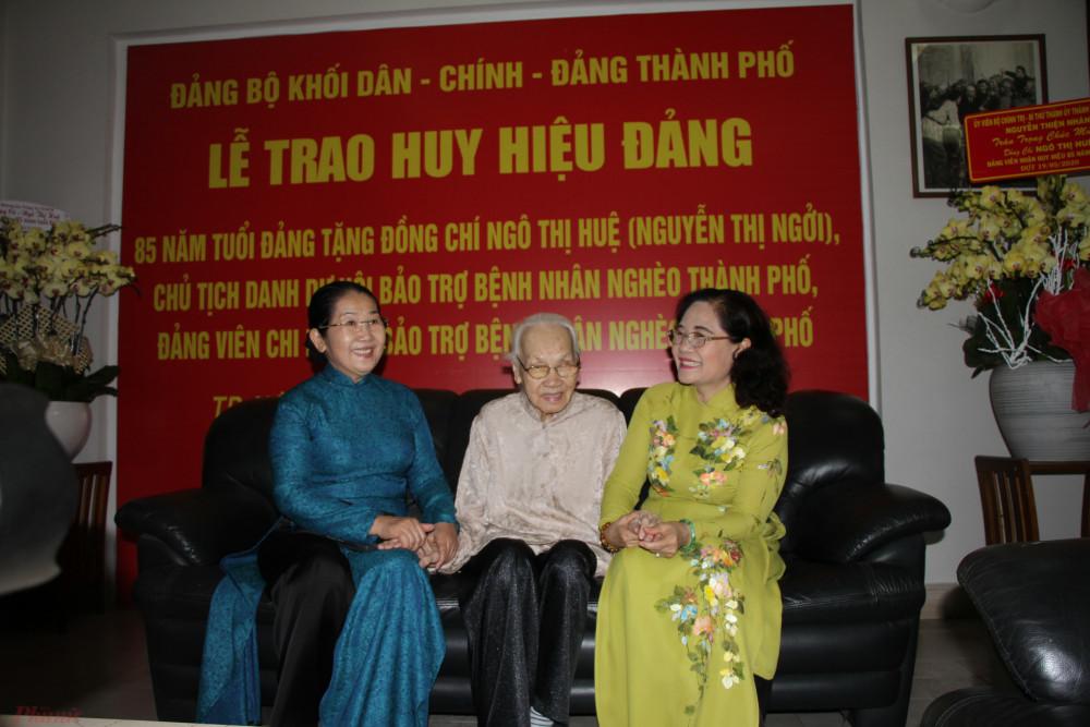 Phó Bí thư Thành ủy TP.HCM - Chủ tịch HĐND TP.HCM Nguyễn Thị Lệ và bà Võ Thị Dung - Phó Bí thư Thành ủy TP.HCM thăm hỏi sức khỏe bà Ngô Thị Huệ.