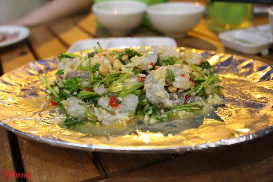 Mỗi món ăn tại quán chị đều gắn với nơi chị từng đến, như món gỏi tôm Thái, món ăn được chế biến từ những con tôm sống, lột bỏ vỏ và chỉ đen, tái chín với chanh và rau thơm. Khi dọn cho khách, nhân viên sẽ cho