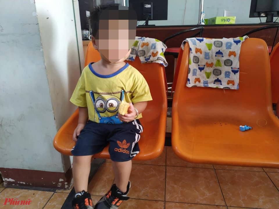 Cháu bé bị đối tượng nghiện ma túy đưa về nhà đã được bàn giao cho gia đình.