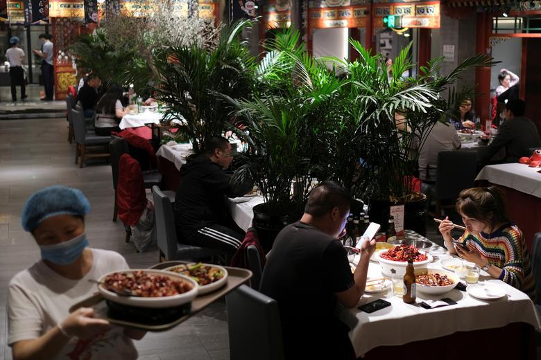 Ngoài việc đặt các bàn xa nhau, nhà hàng ở Bắc Kinh còn dùng cây xanh làm màn chắn giúp thực khách có cảm giác thoải mái.