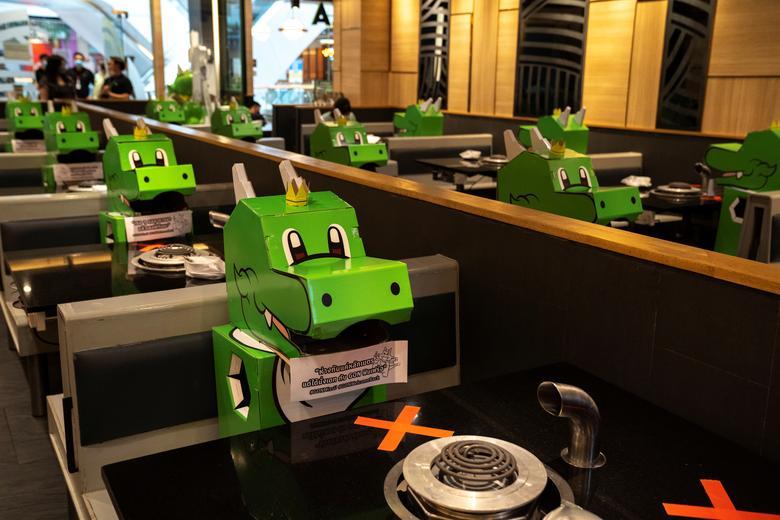 Một nhà hàng đồ nướng ở Thái Lan sử dụng hình ảnh biểu tượng chế tạo thành các mô hình giấy để duy trì giãn cách xã hội ở khu vực ghế ngồi cùa thực khách. Việc này giúp mọi người cảm thấy dễ chịu hơn bởi hình nộm trông khá vui mắt