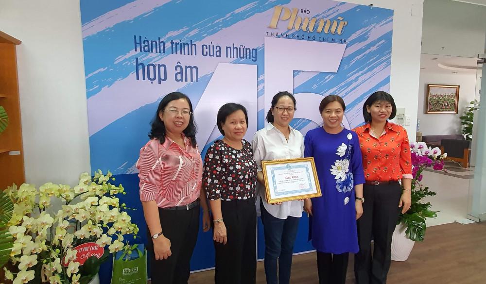 Hội LHPN TPHCM tặng bằng khen Báo Phụ nữ TPHCM đã có thành tích trong công tác tuyên truyền giới và Bình đẳng giới