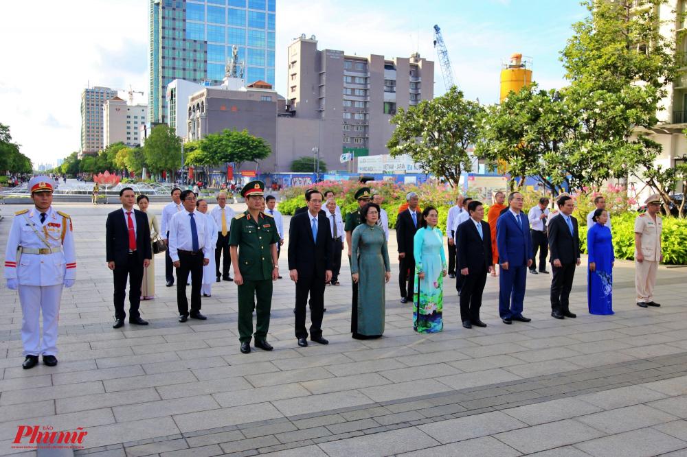 Sau đó, đoàn dâng hoa lên tượng đài Chủ tịch Hồ Chí Minh ở công viên tượng đài Chủ tịch Hồ Chí Minh ở phố đi bộ Nguyễn Huệ (quận 1, TPHCM).