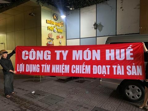 Chuỗi thương hiệu nhà hàng Món Huế, của ông Huy Nhật bị cho là vỡ nợ, bị rất nhiều doanh nghiệp, cá nhân tố cáo đến Công an