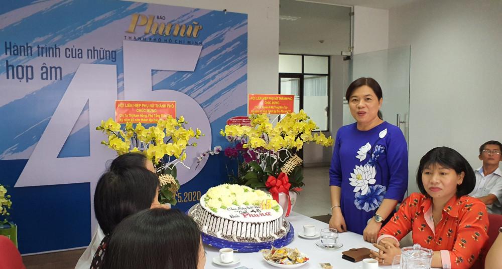 Bà Nguyễn Trần Phượng Trân - Chủ tịch Hội LHPN TPHCM chúc mừng kỷ niệm 45 năm thành lậpp Báo Phụ nữ TPHCM