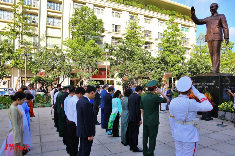 Đoàn lãnh đạo Thành ủy, UBND, HĐND, UBMTTQ VN TPHCM đã dâng hoa nhân dịp 130 năm ngày sinh của Chủ tịch Hồ Chí Minh (19/5/1890 – 19/5/2020)