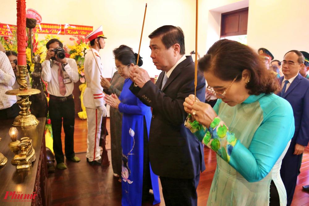 Đoàn lãnh đạo Thành ủy, UBND, HĐND, UBMTTQ VN TPHCM đã dâng hương tại Bảo tàng Hồ Chí Minh