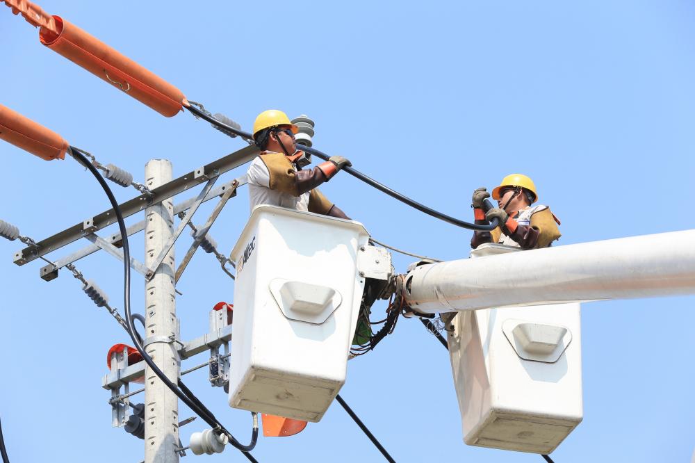 Kiểm tra lưới điện, nhắm đảm bảo vận hành an toàn,liên tục trong những ngày diễn ra kỳ họp Quốc Hội lần này.  .