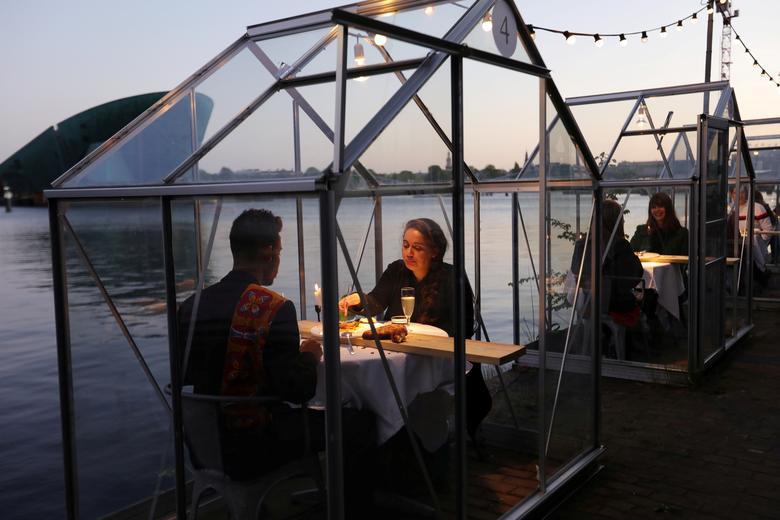 Một nhà hàng ở Amsterdam (Hà Lan) áp dụng mô hình nhà kính cách ly an toàn để phục