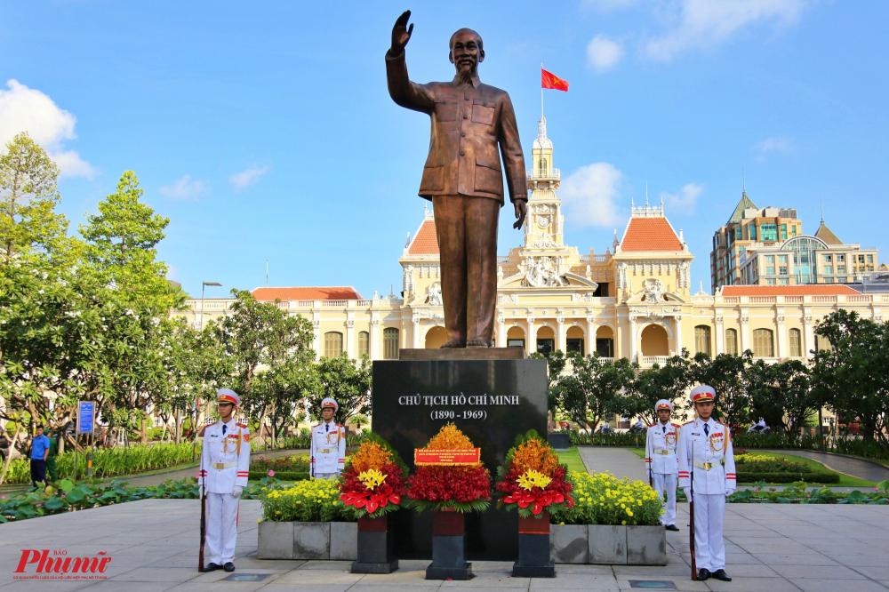 Công viên tượng đài Chủ tịch Hồ Chí Minh ở phố đi bộ Nguyễn Huệ (quận 1, TPHCM).