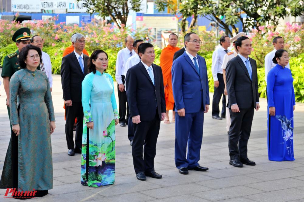 Các đại biểu nguyện cống hiến hết sức mình để thực hiện Di chúc của Người; tiếp tục thực hiện việc học tập và làm theo tư tưởng, đạo đức, phong cách Hồ Chí Minh; chung tay xây dựng TPHCM có chất lượng sống tốt, văn minh, hiện đại, nghĩa tình.