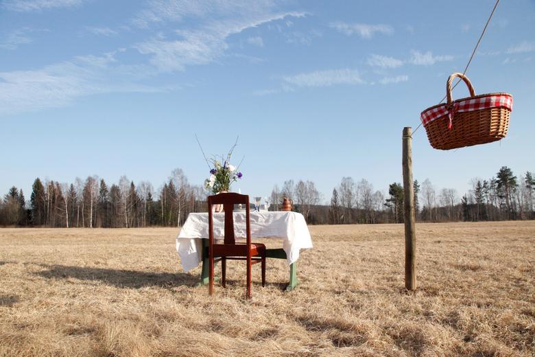 Một cặp vợ chồng người Thuỵ Điển mở cửa một nhà hàng khá đặc biệt mang tên An toàn với COVID-19. Theo đó, những chiếc bàn được đặt trong khuôn viên một đồng cỏ lớn thơ mộng. Thức ăn sẽ được chuyển đến tận bàn trong một chiếc giỏ thông qua hệ thống ròng rọc để tránh tối đa việc tiếp xúc gần.
