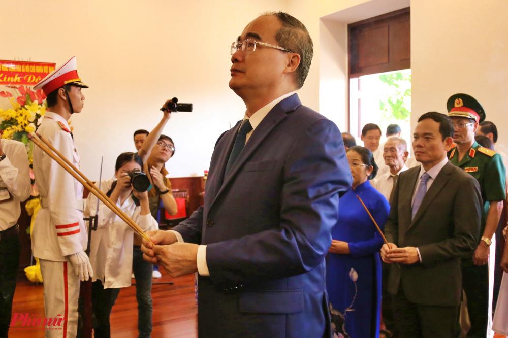 Bí thư Thành ủy Nguyễn Thiện Nhân dâng hương, bày tỏ lòng tri ân sâu sắc đến công lao to lớn, đức hy sinh quên mình vì dân, vì nước của Bác.