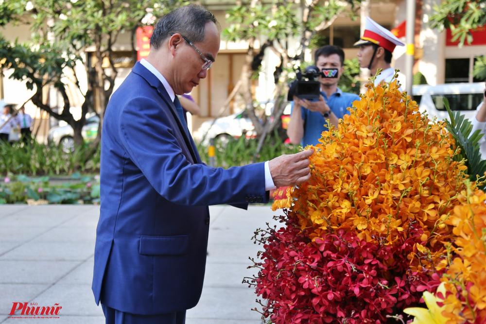 Bí thư Thành Ủy TPHCM Nguyễn Thiện Nhân tiến hành nghi thức dâng hoa