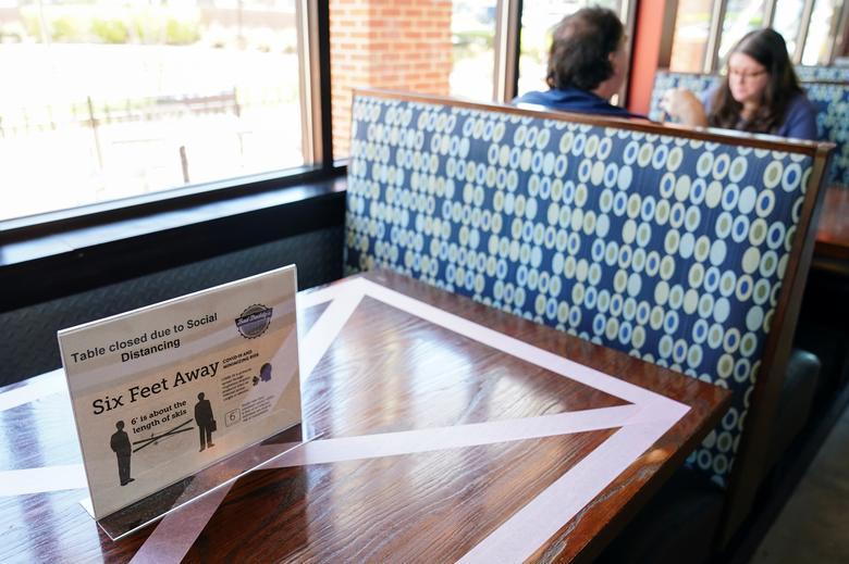 Một nhà hàng ở Smyrna, Georgia chỉ phục vụ phân nửa số lượng bàn hiện có.