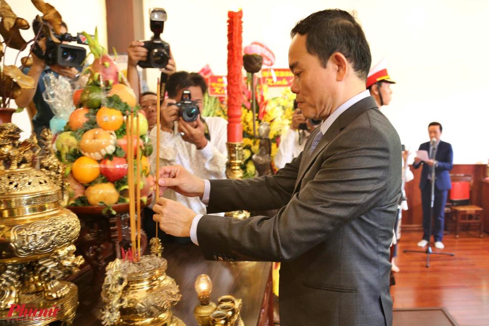 Phó Bí thư thường trực Thành ủy TPHCM Trần Lưu Quang dâng hương tại Bảo tàng Hồ Chí Minh (đường Nguyễn Tất Thành, quận 4)