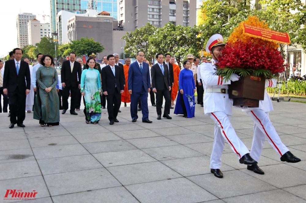 Đoàn lãnh đạo do Bí thư Thành Ủy TPHCM Nguyễn Thiện Nhân dẫn đầu tiến hành nghi thức dâng hoa lên Chủ tịch Hồ Chí Minh