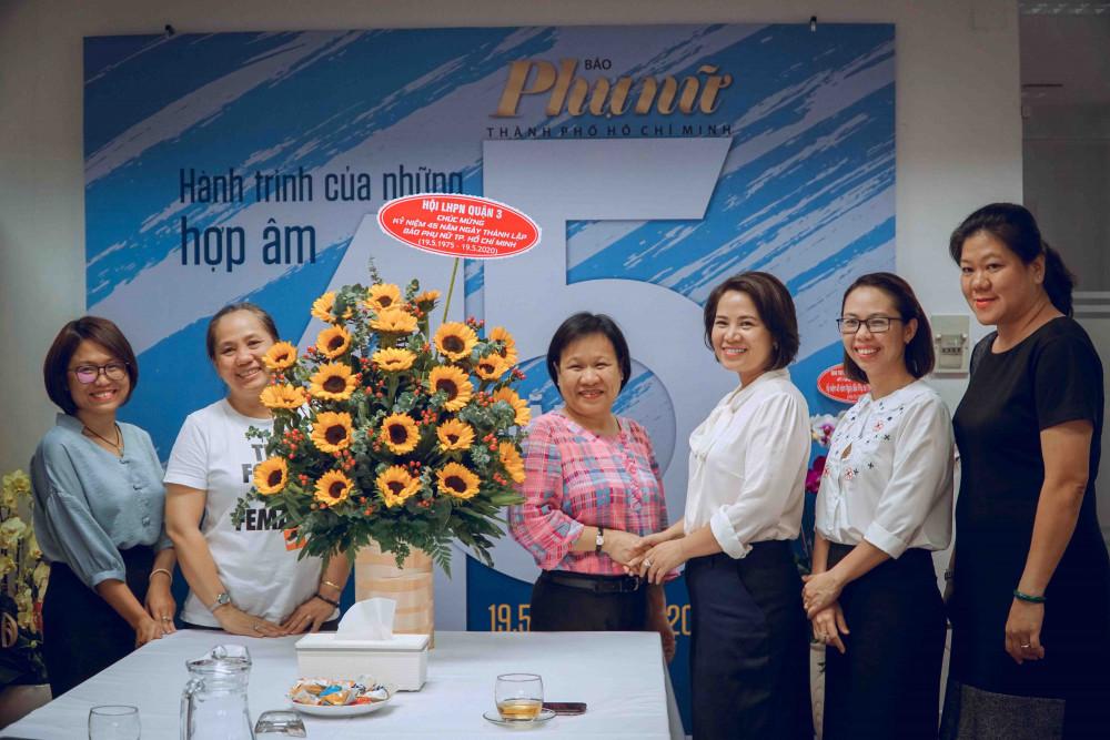 Đại diện Hội Liên hiệp Phụ Nữ quận 3 đến thăm và chúc mừng báo Phụ Nữ TPHCM