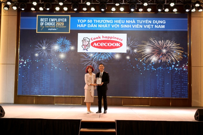 Đại diện Acecook Việt Nam nhận chứng nhận Top 50 thương hiệu nhà tuyển dụng hấp dẫn với sinh viên Việt Nam