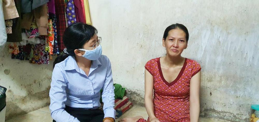 Hội LHPN P.Phú Trung, Q.Tân Phú đến thăm chị Xuân, hỗ trợ tiền và đồ dùng dành cho trẻ sơ sinh