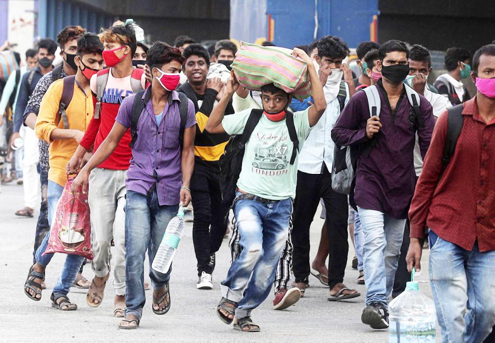 Dòng người Ấn Độ di tản về quê vì mất việc làm