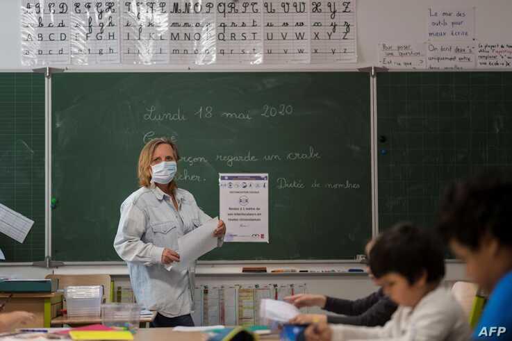 Giáo viên giảng bài tại trường tiểu học Cour de Lorraine ở Mulhouse, miền đông nước Pháp, vào ngày mở cửa lại cho học sinh 18/5.
