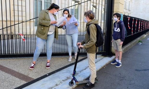 Giám sát viên nói chuyện với học sinh trước giờ vào lớp ở Bordeaux, khi học sinh trở lại trường cấp hai tại các khu vực ít nguy hiểm của Pháp.
