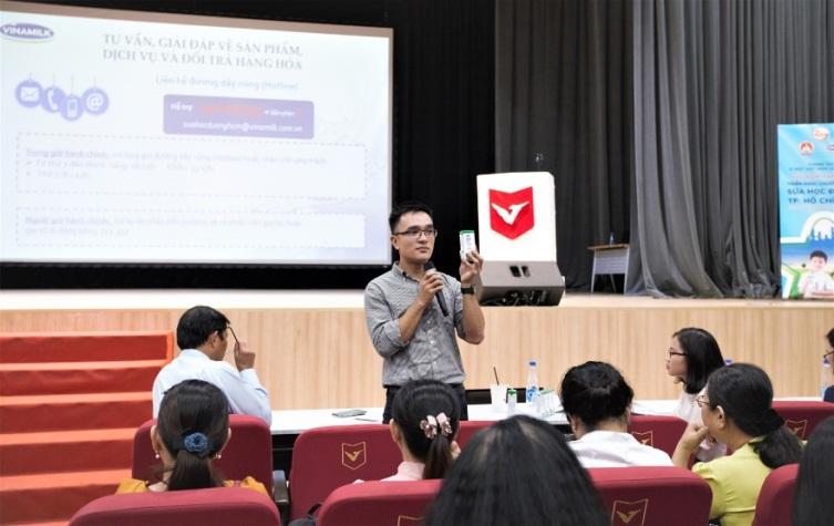 Anh Nguyễn Quang Thái - Giám đốc phát triển hoạt động cộng đồng Vinamilk chia sẻ tại buổi tập huấn của chương trình Sữa học đường. Ảnh: Vinamilk