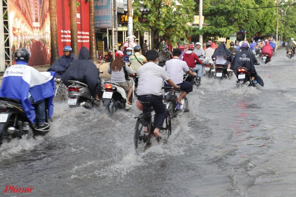 Ngập nước trên đường Phan Anh