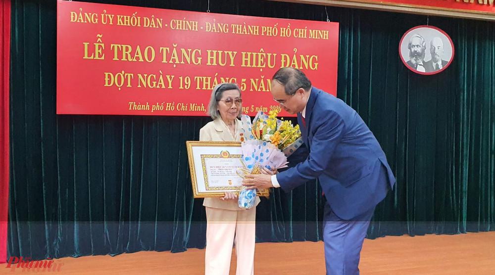 Bí thư Thành ủy Nguyễn Thiện Nhân trao huy hiệu 60 năm tuổi Đảng cho bà Trần Thị Túc