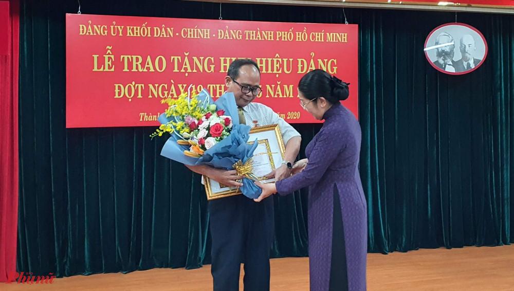 Bà Võ Thị Dung trao huy hiệu 45 năm tuổi Đảng cho ông Trần Văn Quân, Đảng viên Đảng bộLiên hiệp các Hội Văn học Nghệ thuật TPHCM