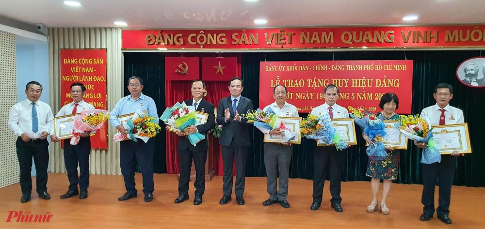 Các đồng chí lãnh đạo Thành ủy trao huy hiệu 30 năm tuổi Đảng cho các đảng viên