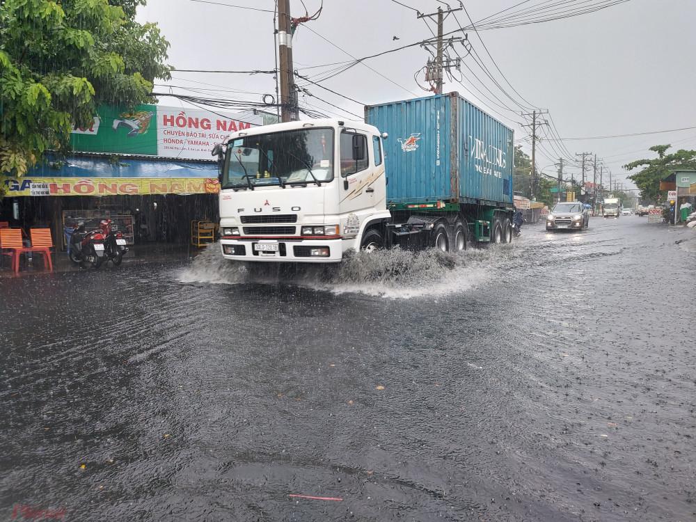 """Cơn mưa lớn giữa trưa ngày 20/5 khiến đường Hồ Học Lãm, quận Bình Tân, TPHCM nhiều đoạn bị ngập sâu đến nửa mét. Nhiều năm nay, nơi đây được mệnh danh là """"rốn"""" ngập của TPHCM."""