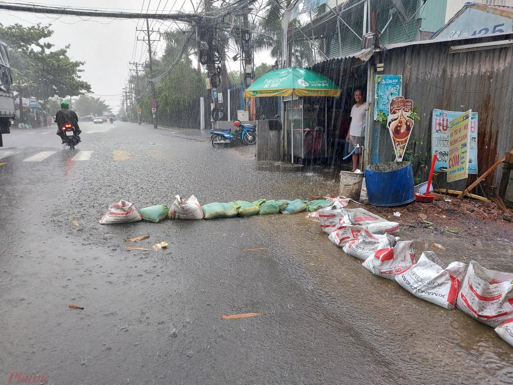 Người dân cho biết, đường Hồ Học Lãm mới được nâng cấp hồi đầu năm nay. Nhiều người hy vọng sau khi làm lại đường sẽ hết ngập nhưng không ngờ vừa đầu mùa mưa nước lại ngập mênh mông trên đường.