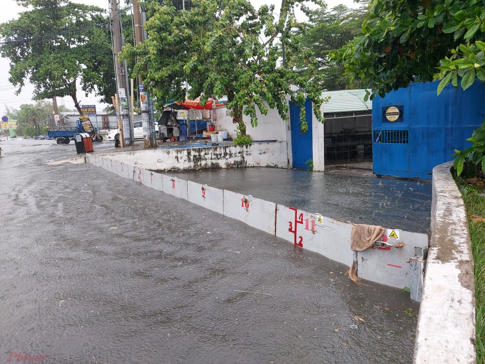 Do đường Hồ Học Lãm thường xuyên bị ngập nên một doanh nghiệp ở đây đã sẵm một rào chắn ngăn nước ngập.
