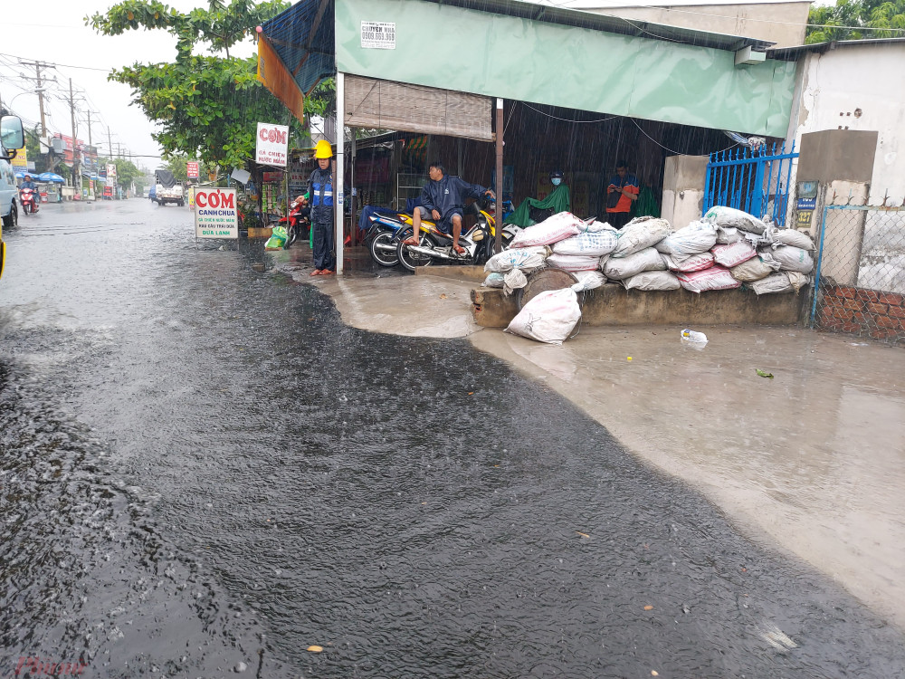Từ đầu mùa mưa người dân sống trên đường Hồ Học Lãm đã trang bị sẵn bao cát để ngăn nước tràn vào nhà.