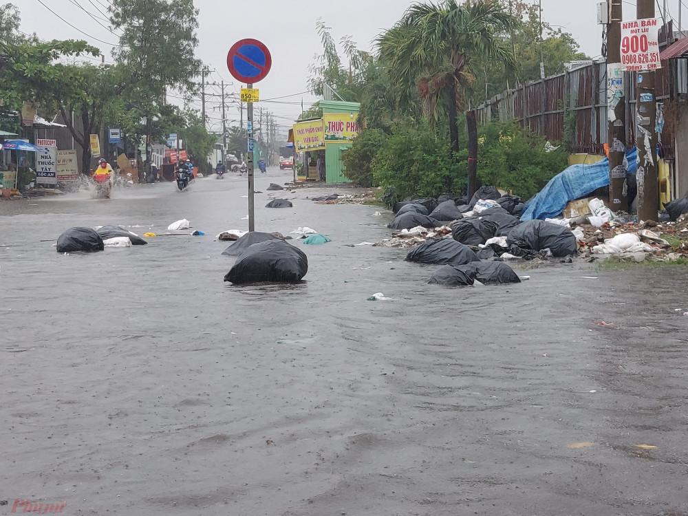 Những túi rác thải to tướng nổi lềnh bềnh trong nước ngập.
