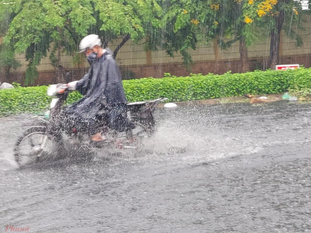 """Đến 13 giờ 30, khu vực quận Bình Tân vẫn còn mưa lớn. Nhiều người lo lắng nên mưa kéo dài đến giờ tan tầm thì nhiều người sẽ """"không thấy đường về"""" vì nước ngập sẽ dâng cao."""