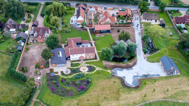 Cơ ngơi của Ed Sheeran tại quê nhà. Anh mua lại nhà của các hộ xung quanh để có thêm diện tích làm vườn.