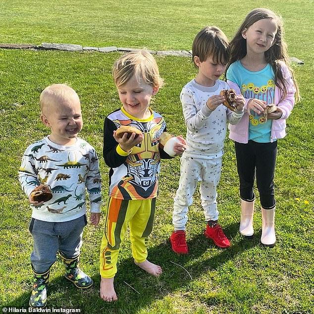 4 đứa trẻ nhà Alec vui đùa cùng nhau ngoài bãi cỏ.