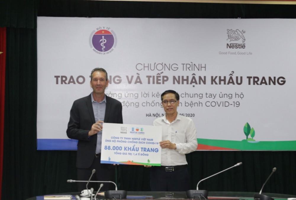 Ông Pierre Morin trao bảng tượng trưng cho đại diện Cục Y tế dự phòng, Bộ Y tế. Ảnh Nestle Việt Nam. Ảnh: Nestle Việt Nam cung cấp