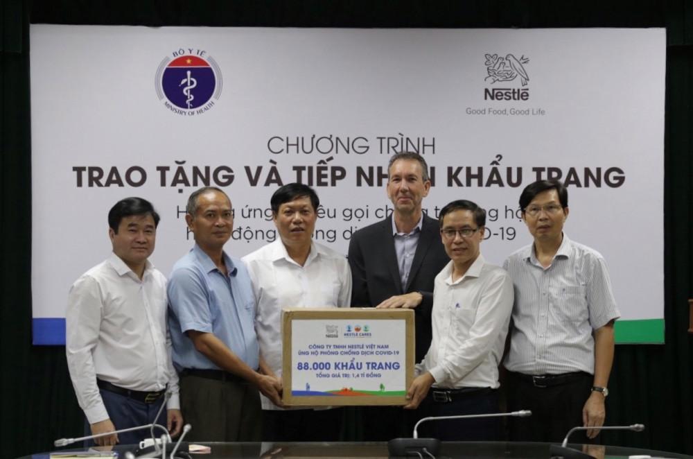 Đại diện lãnh đạo Cục Y tế dự phòng, Sở Y tế Hà Nội và Sở Y tế tỉnh Hưng Yên tiếp nhận khẩu trang từ đại diện Nestlé Việt Nam. Ảnh: Nestle Việt Nam cung cấp