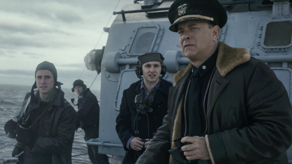 Tom Hanks trên phim là người dẫn đầu đoàn tàu vượt biển.