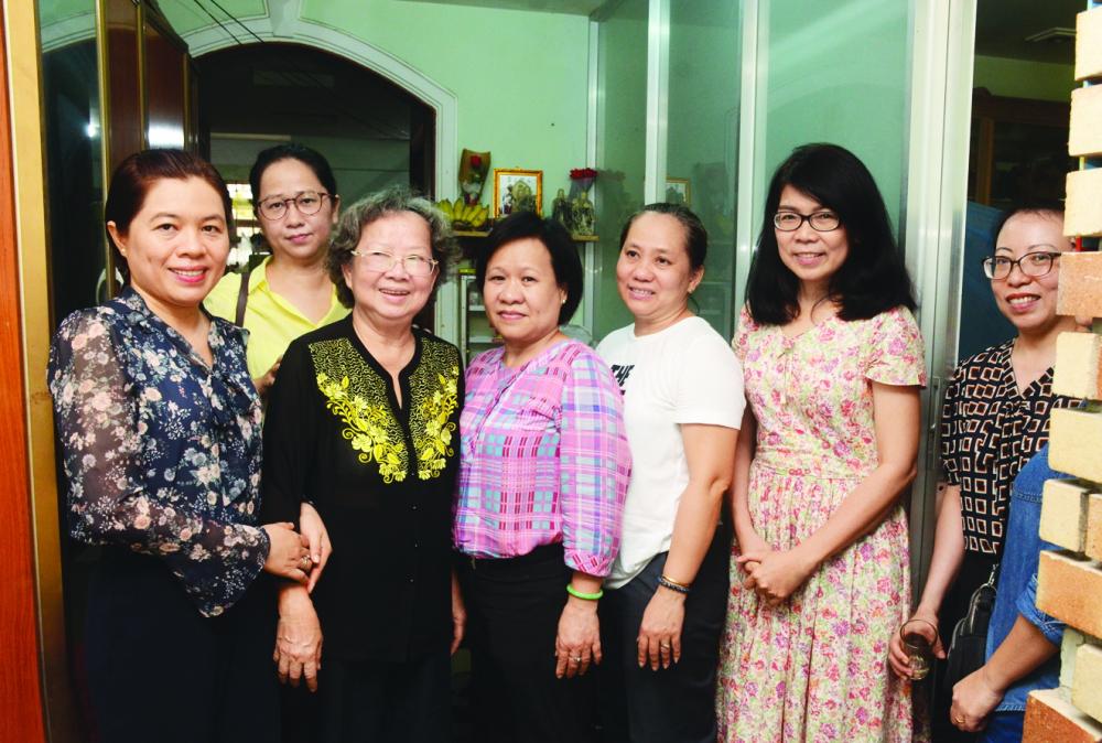 Chủ tịch Hội LHPN TP.HCM Nguyễn Trần Phượng Trân (bìa trái) cùng đại diện Báo Phụ Nữ TP.HCM đến thăm dì Hồ Thị Minh Nguyệt - nguyên Tổng biên tập Báo Phụ Nữ TP.HCM