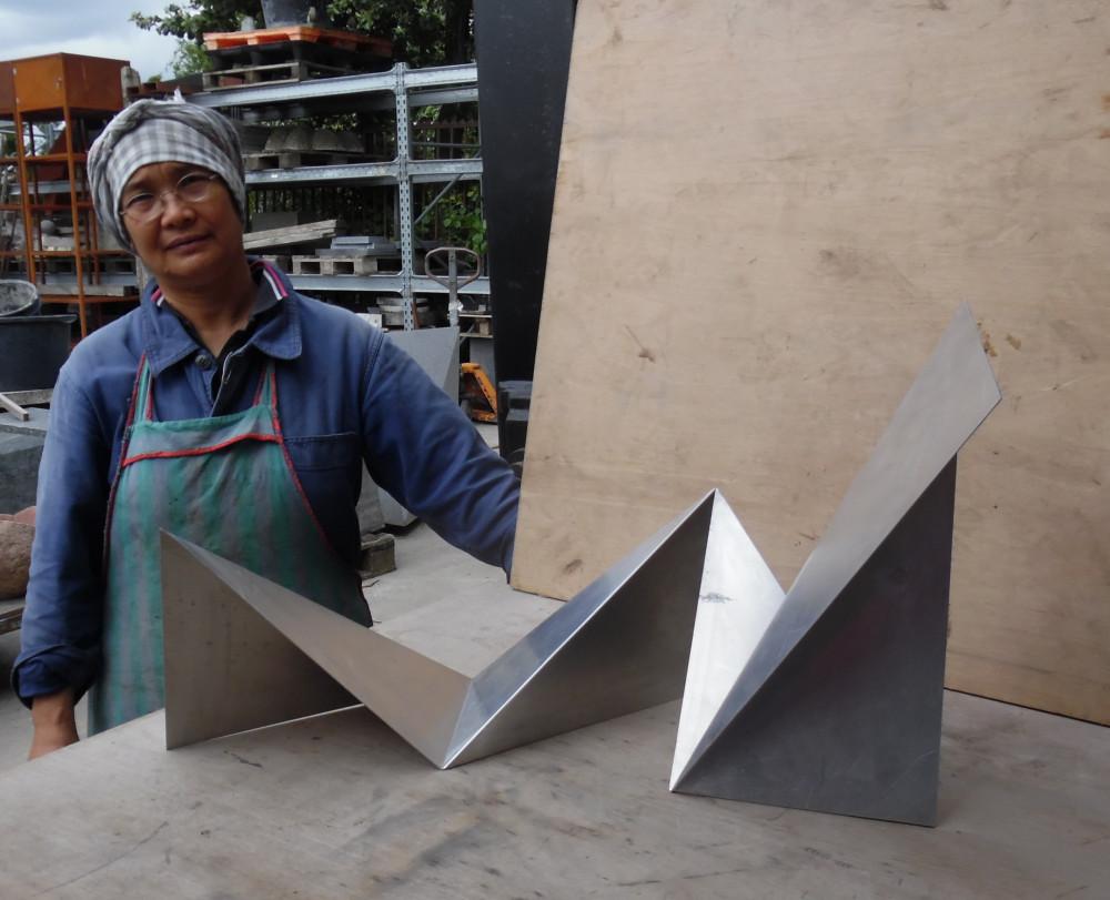 Nhà điêu khắc Lê Thị Hiền (sinh năm 1957) được xem là một trong những tác giả nữ thuộc thế hệ thứ nhất của giai đoạn mỹ thuật Việt Nam thời đổi mới. Bà là cựu giảng viên khoa điêu khắc trường Đại học mỹ thuật Việt Nam.