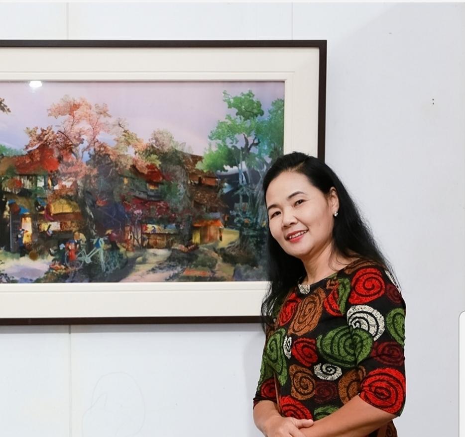Họa sĩ Trần Thanh Thục (sinh năm 1960) được ghi nhận là một nữ tác giả độc sáng với chất liệu tranh vải. Trong số ít ỏi các nữ họa sĩ dùng vải làm chất liệu, thì chị là người có một phong cách riêng hoàn toàn